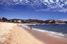 Chahué Bay in Huatulco is the bay that is closest to the cruzacita